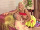 Blondine bei Analdehnung