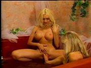 Zwei blonde Schlampen machen Sex im Pool